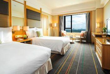 Renaissance Riverside Hotel Saigon beds