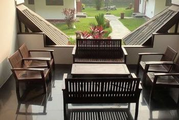 Hotel Zwe Ka Bin table