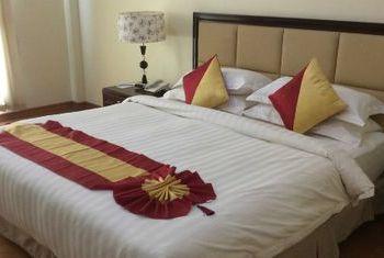 Mawlamyaing Strand Hotel Bed