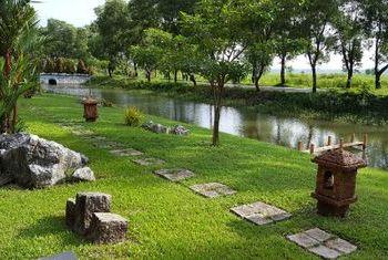 Hotel Zwe Ka Bin garden