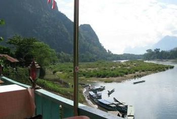Ning Ning Guest House next to the river