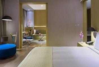 Holiday Inn New Delhi International Airport Bedroom 1
