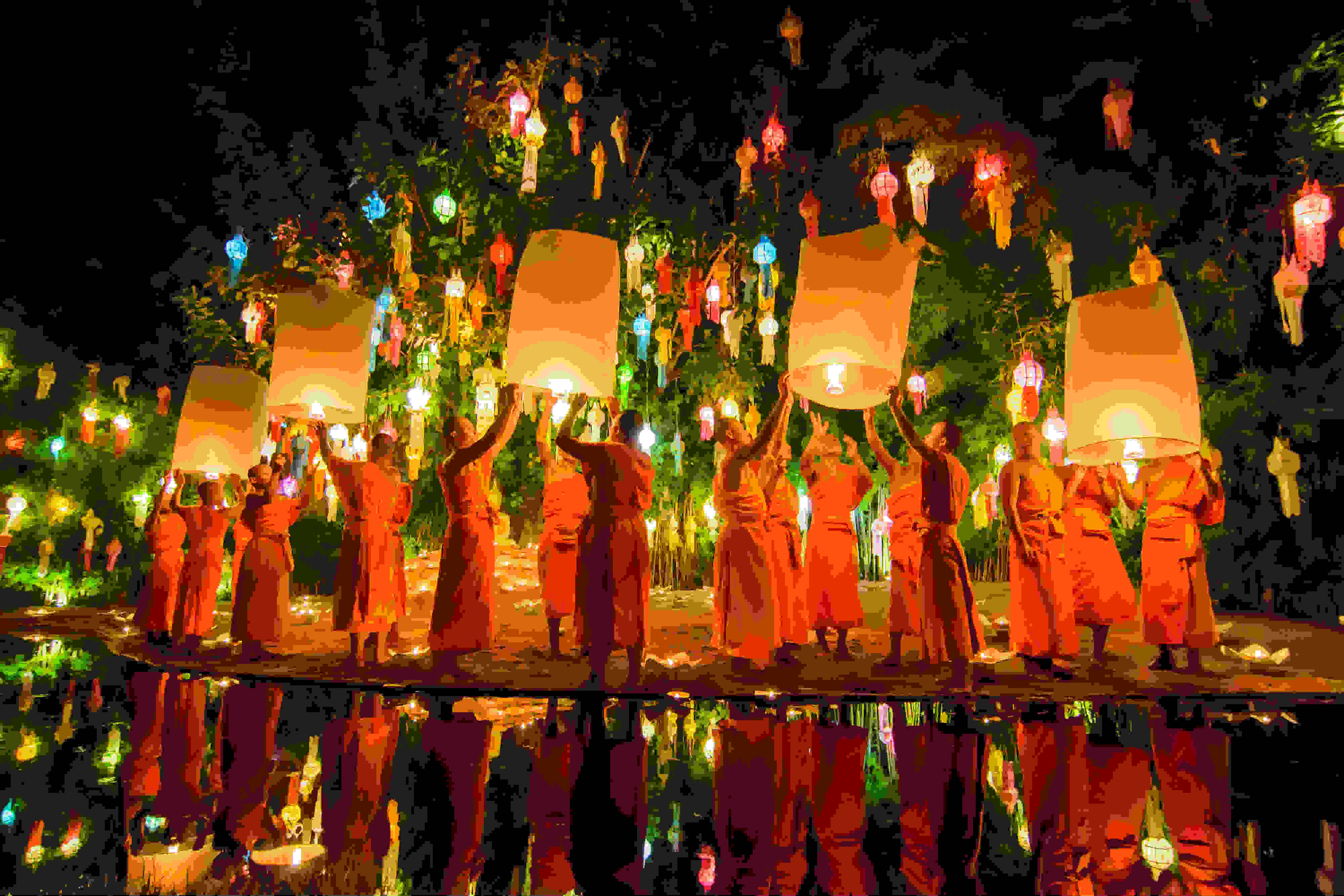 Monks-release-floating-lamp-Loy-Krathong-Chiang-mai-Thailand