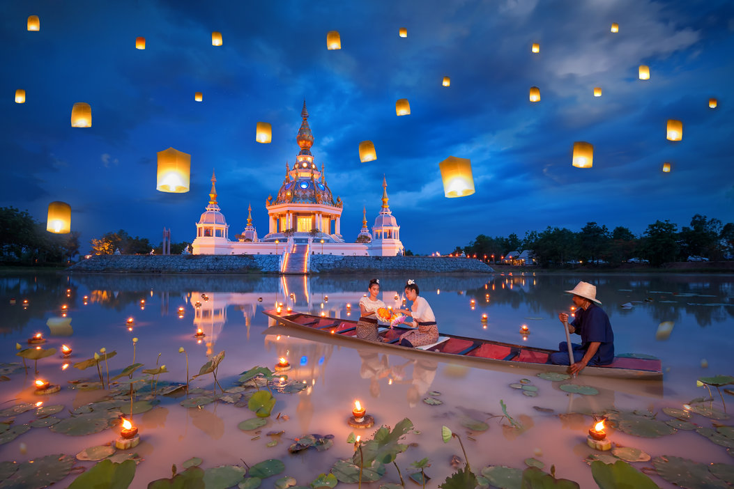 woman_on_boat_for_kratong_and_floating_lamp_festival_in_pagoda_background
