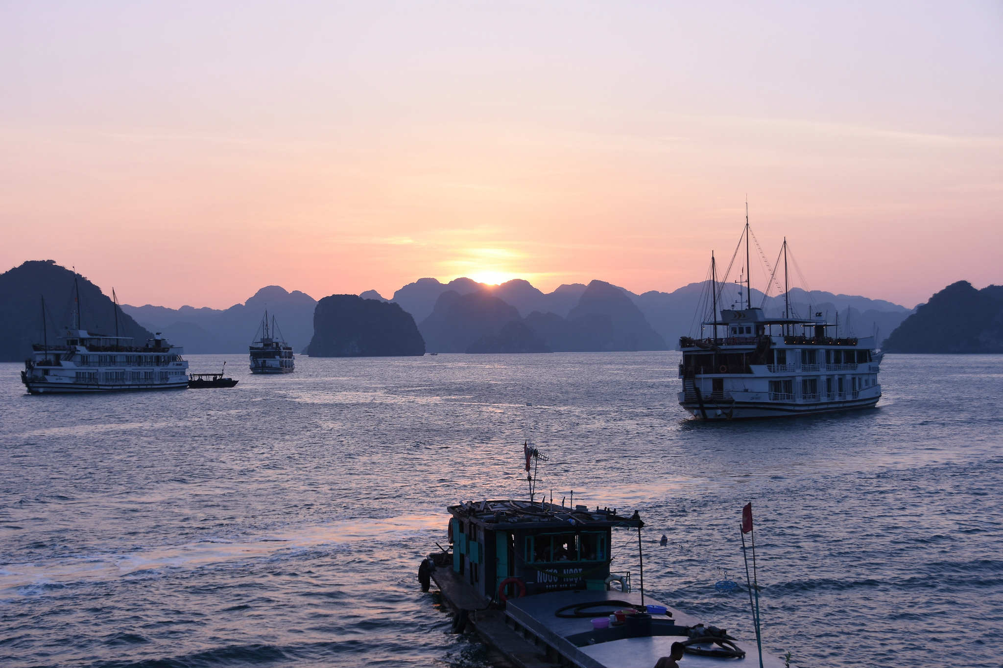 halong-bay-sunrise