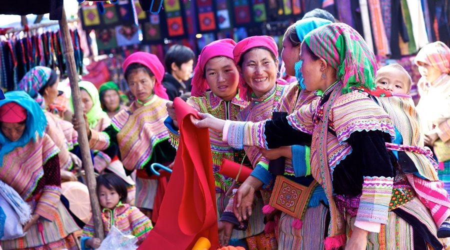 hmong-market-chilren-laying-on-the-mothers-back