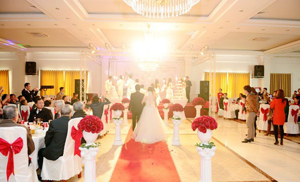 A Vietnamese wedding ceremony in a restaurant