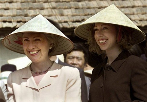 Frist-lady-and-later-on-US-Secretary-of-State-Hillary-Clinton-and-daughter-Chelsea-Clinton-wearing-Non-La-on-a-visit-to-Vietnam-in-2000