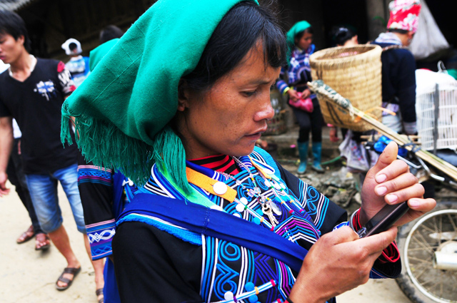 Mobiles are not strange to ethnic communities - Muong Hum Market