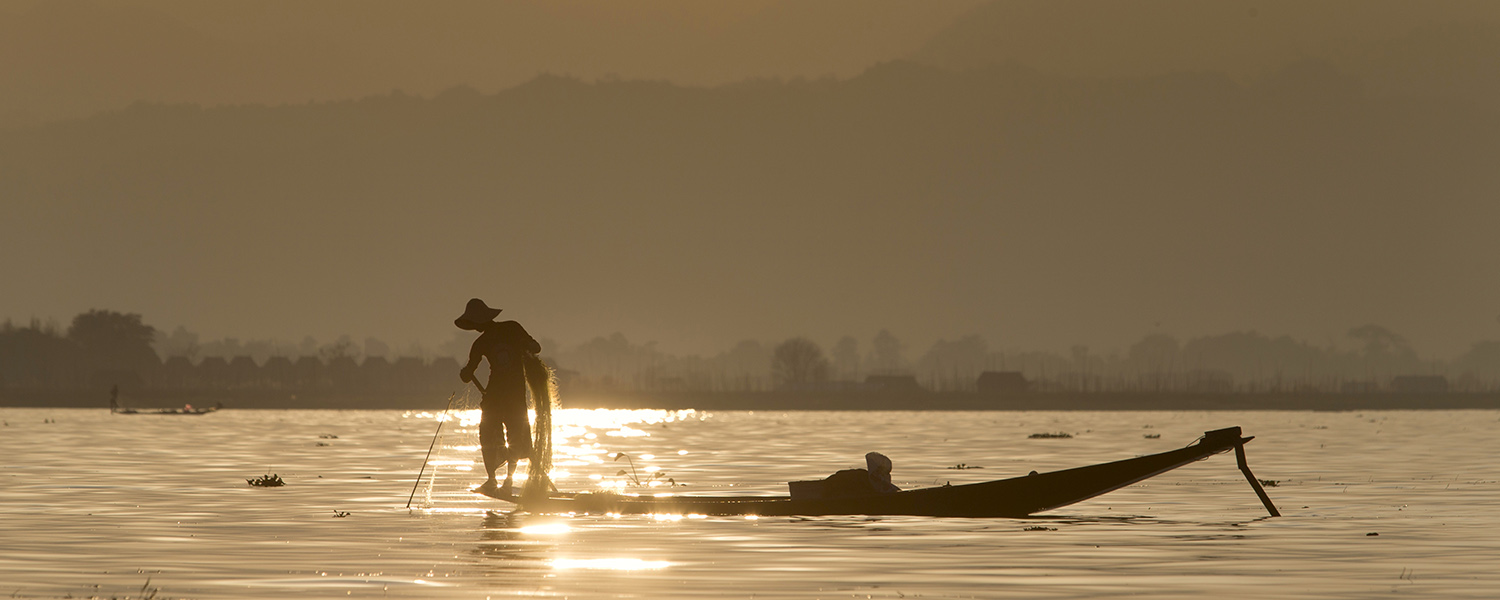 one-leg-rowing-fisherman-inle-lake-myanmar