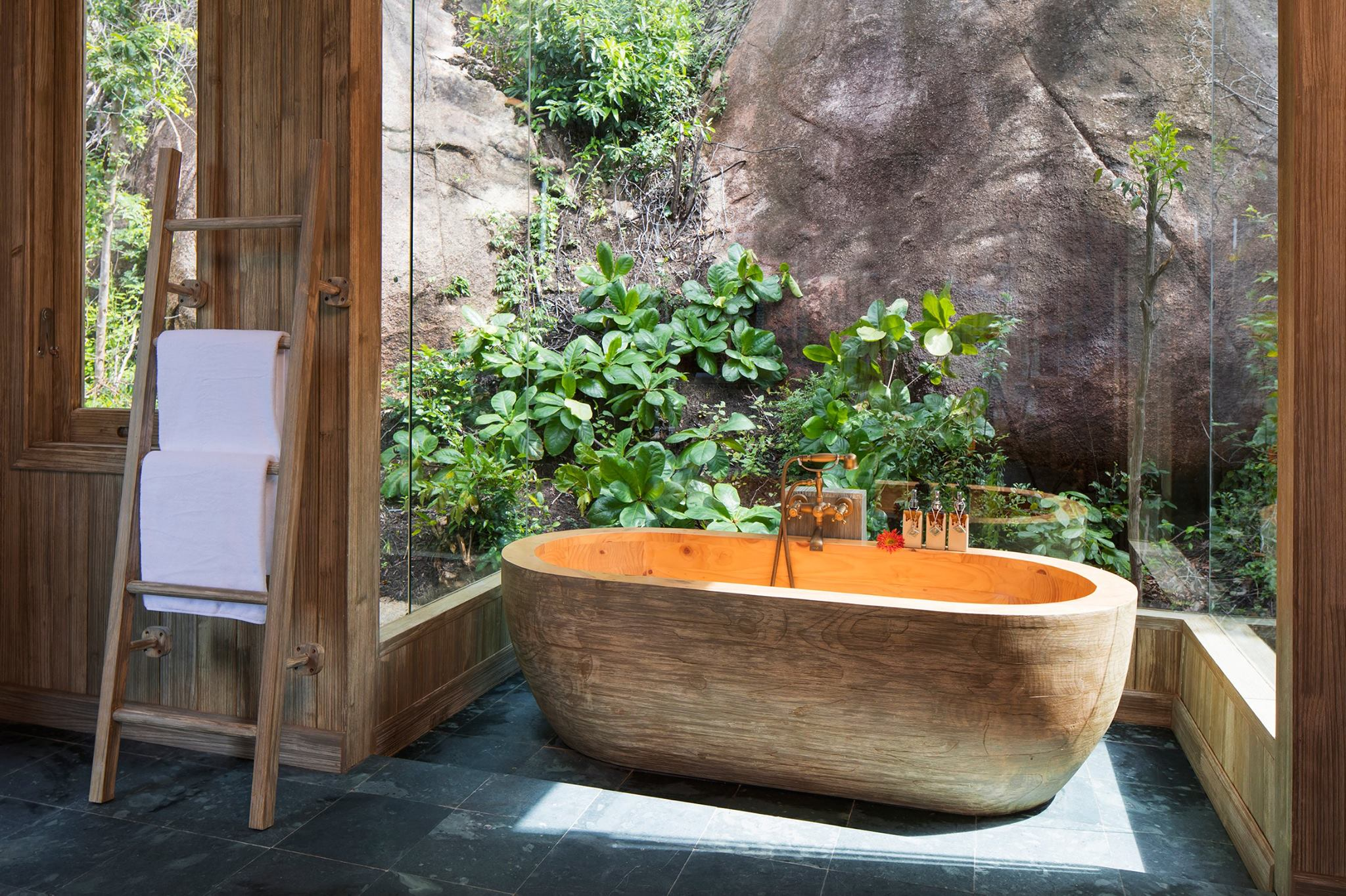Love couples can warm up their sentiment in this sexy wooden tube bath