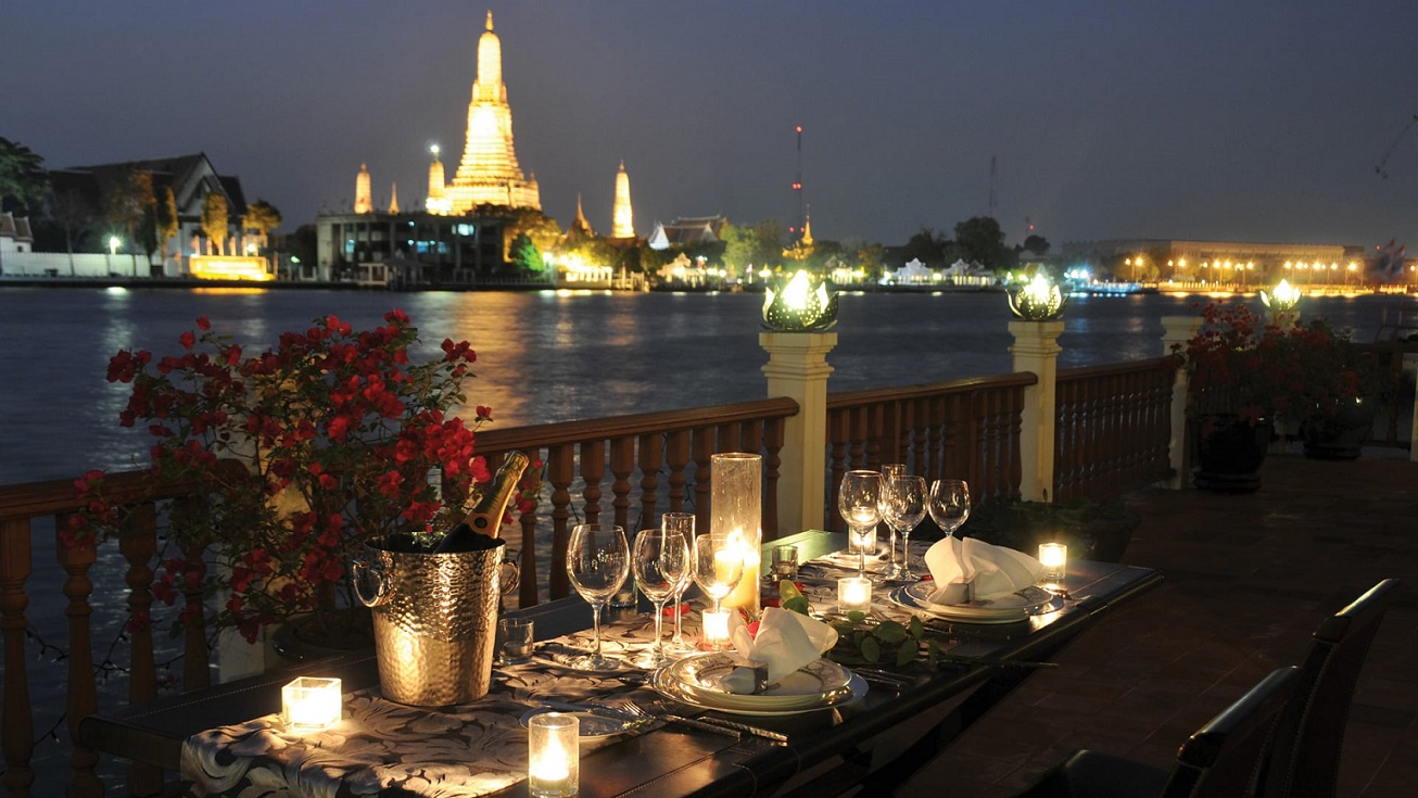 Romantic dinner sets on the river overlooking the Wat Arun