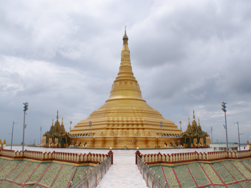 A closer look to the golden Uppatasanti Pagoda