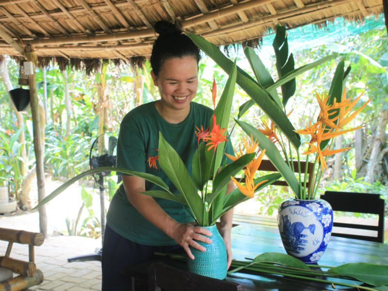 The landlady, Ms. Phuong, has the appearance of a gentle, charming woman with bright smiles. She likes to decorate her house with wildflowers